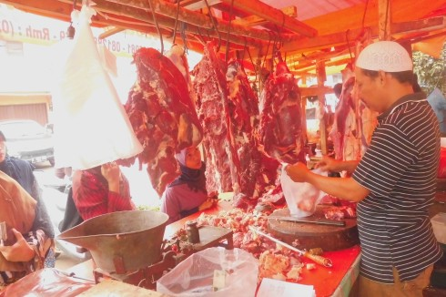 Pedagang Daging Sapi Lokal di Pasar Cisalak Depok.